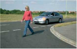 Уступите пешеходам которые начали переходить дорогу
