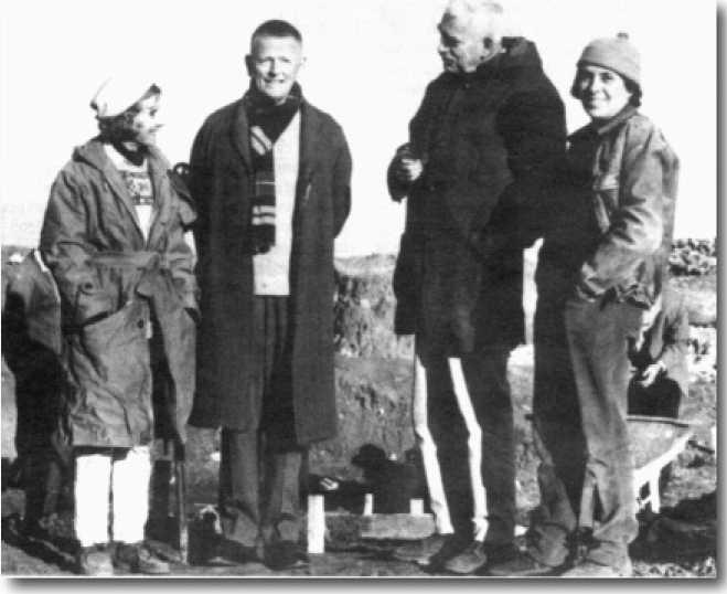 Археологи Линда Брадвуд (слева) и Роберт Брадвуд (второй справа) с коллегами на раскопках в Чайоню